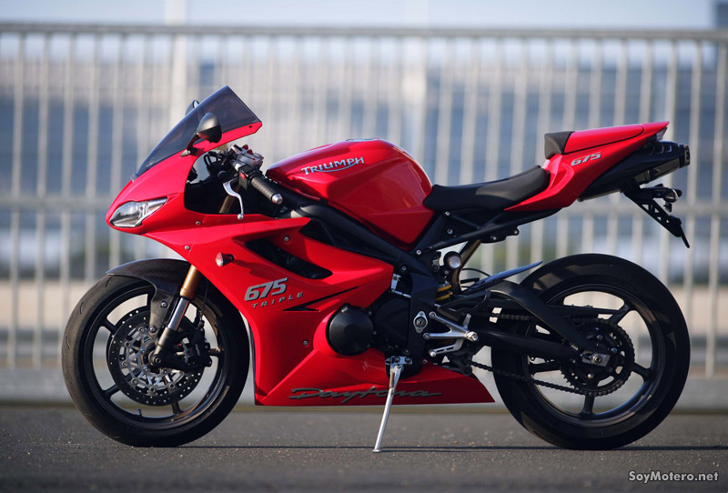 Daytona 675 roja con escape Arrow