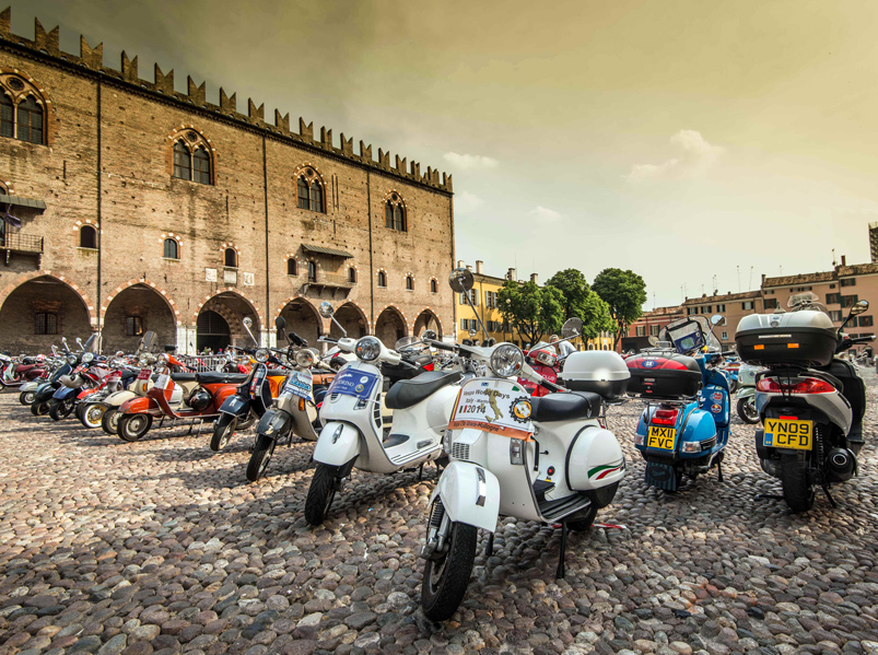 "Multitud de Vespas en Mantova. ""Vespa World Days"""