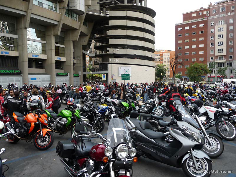 Motos en el parking del Estadio Santiago Bernabeu