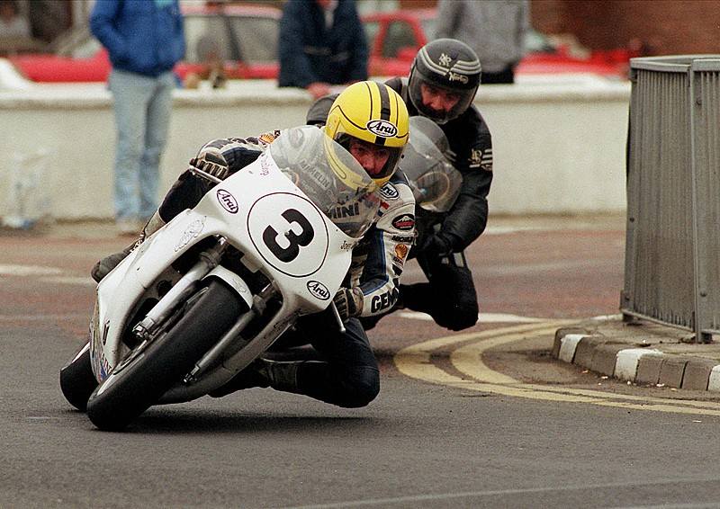 Joey Dunlop por delante de su hermano Robert en la North West 200 de 1991