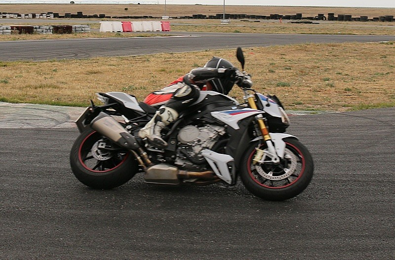 Coger ritmo BMW S1000R lateral.jpg