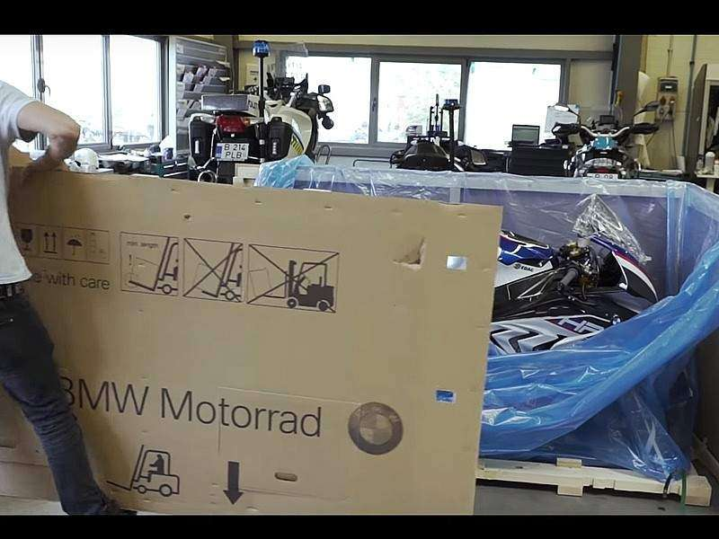 Unbox de una BMW HP4 Race