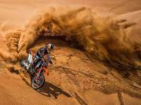 Espectaculares fotos de Mat Rebeaud haciendo freeride en el desierto de Dubai. Red Bull X-Fighters.