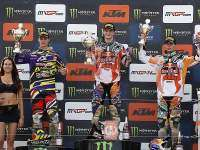 podio de MX2 con Herlings, Gajser y Tixier.