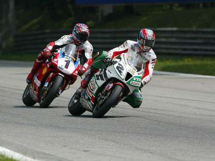Colin Edwards y Troy Bayliss luchando por la victoria en Imola 2002