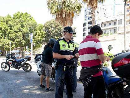 Policía Local multando a motociclistas
