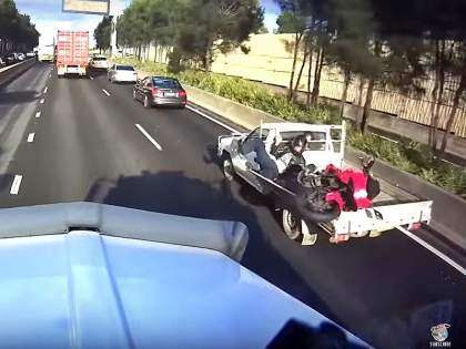 Accidente de una moto y una pick-up