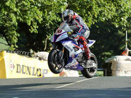 Peter Hickman volando con su BMW en Ballaugh Bridge