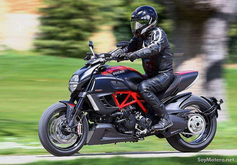 Ducati Diavel Carbon Red en acción