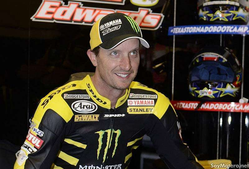Colin Edwards piloto de MotoGP en el equipo Monster Yamaha Tech3 en su box