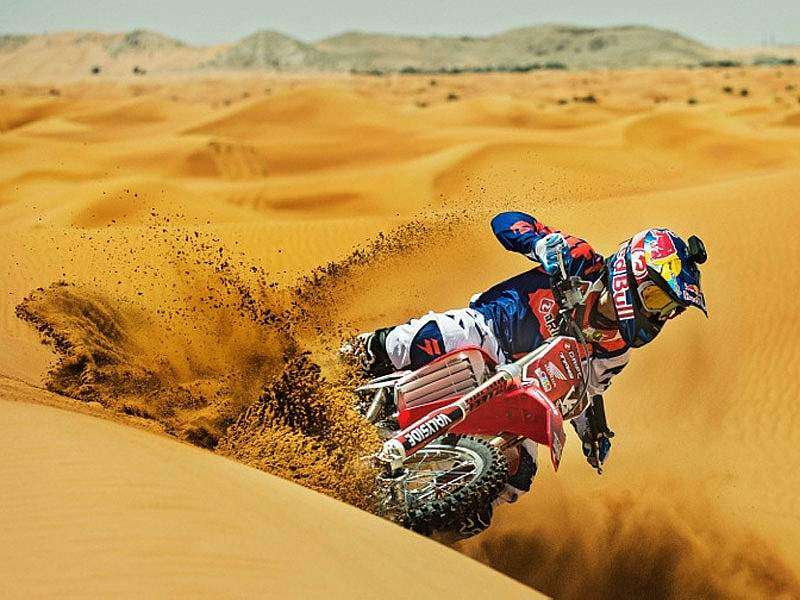 Josh Sheehan entrenando en el desierto de Dubai. Red Bull X-Fighters 2013.