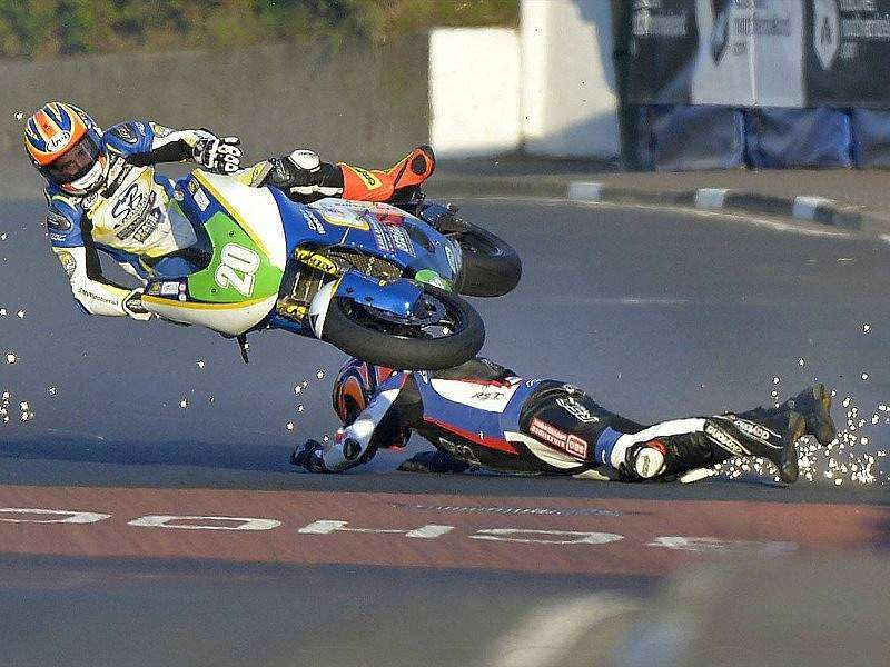 Accidente de Faquhar (en el suelo) y Cooper (20) en el North West 200.